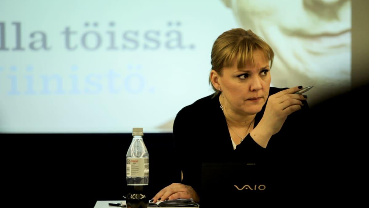 Puoluesihteeri Taru Tujunen elokuvassa Presidentintekijät.