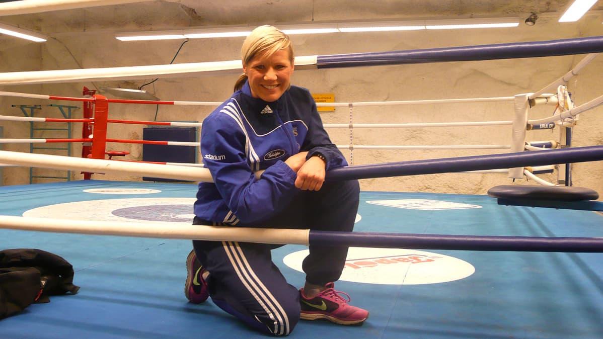 Mira Potkonen poseeraa nyrkkeilkehässä verkkarit päällä