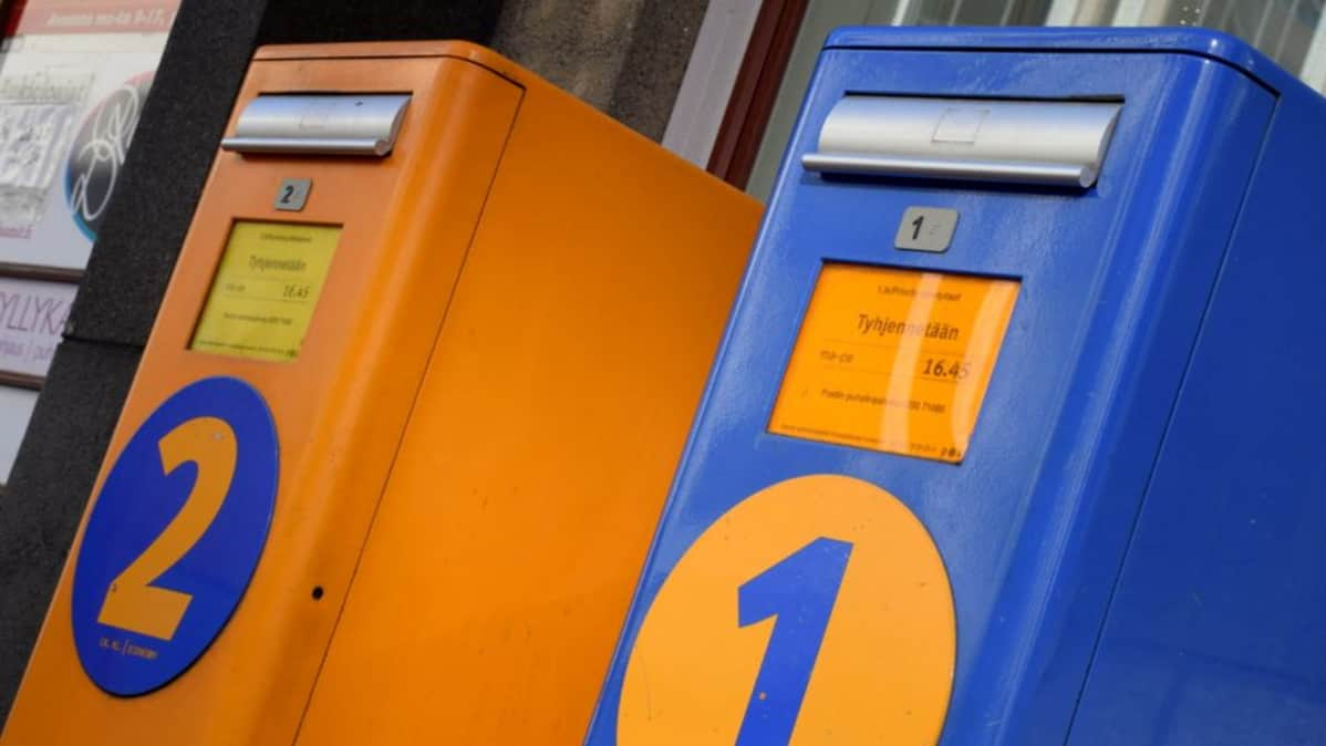Sininen ja oranssi postilaatikko