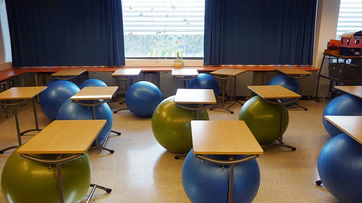 Jumppapalloja nokialaisessa luokassa