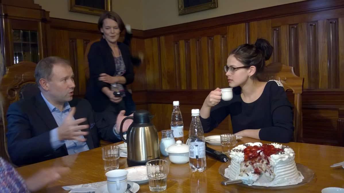 Kuvassa Sara Maria Forsberg kahvittelee Pietarsaaren kaupunginjohtaja Mikael Jakobsson.