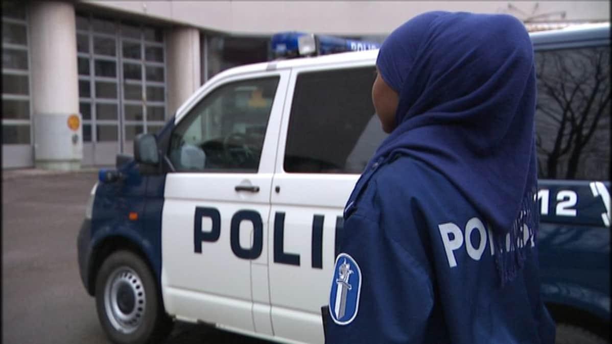 """""""Olin työkavereiden silmissä kummajainen"""" – Suomen ensimmäinen naiskomisario kertoo, millaista kohtelua naispoliisit ovat joutuneet sietämään"""