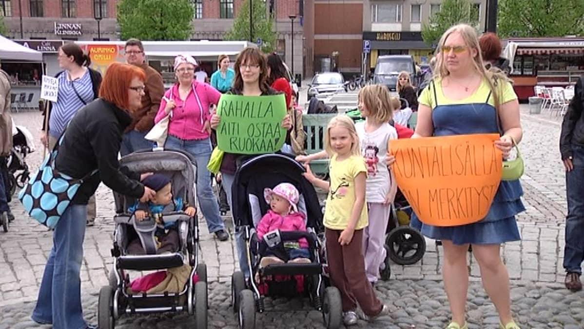 Naisia ja lapsia kotihoidontuen mielenosoituksessa.