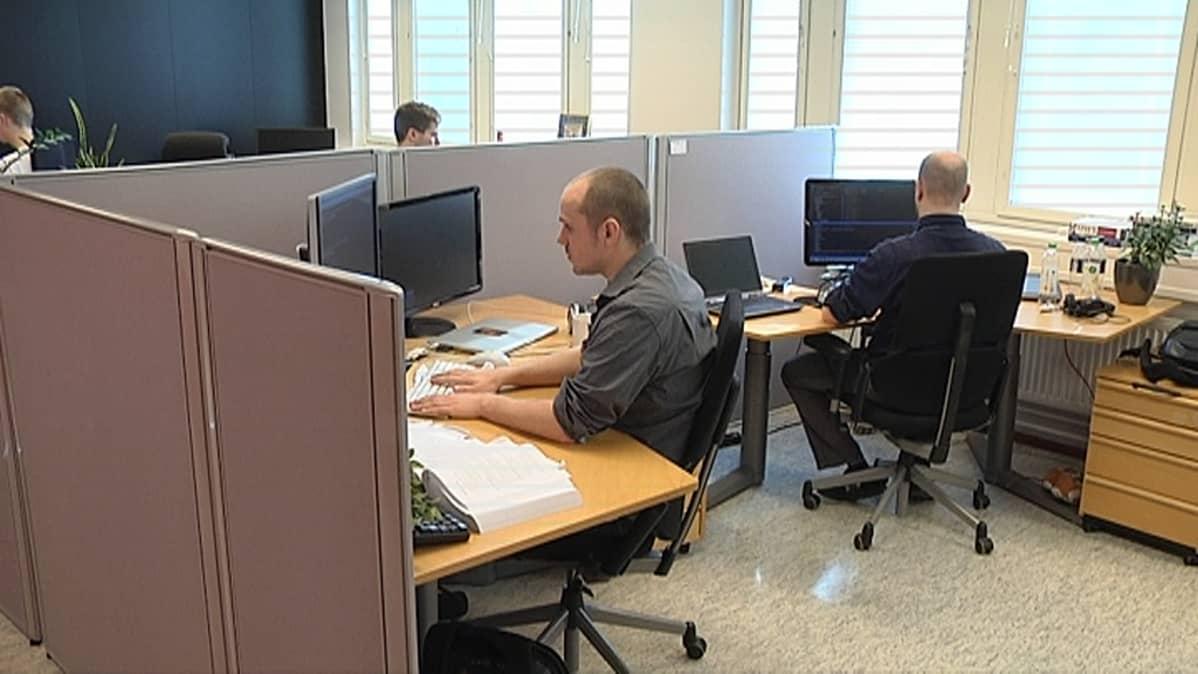 Kaksi miestä tietokoneen äärellä.