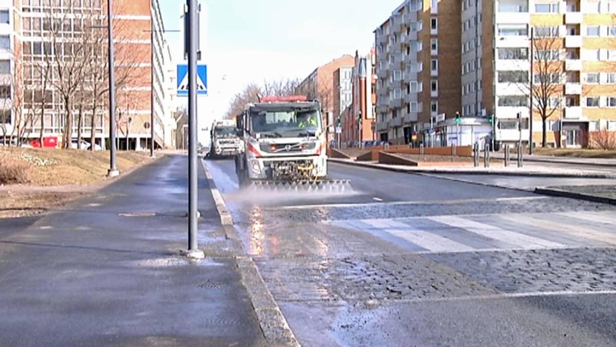 Katujen puhdistus aloitettiin Vaasassa torstaina 27. maaliskuuta.