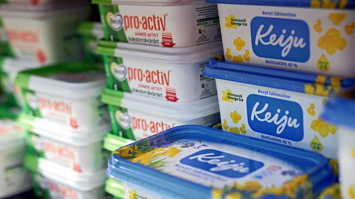 Levitepaketteja kaupan kylmäkaapissa.