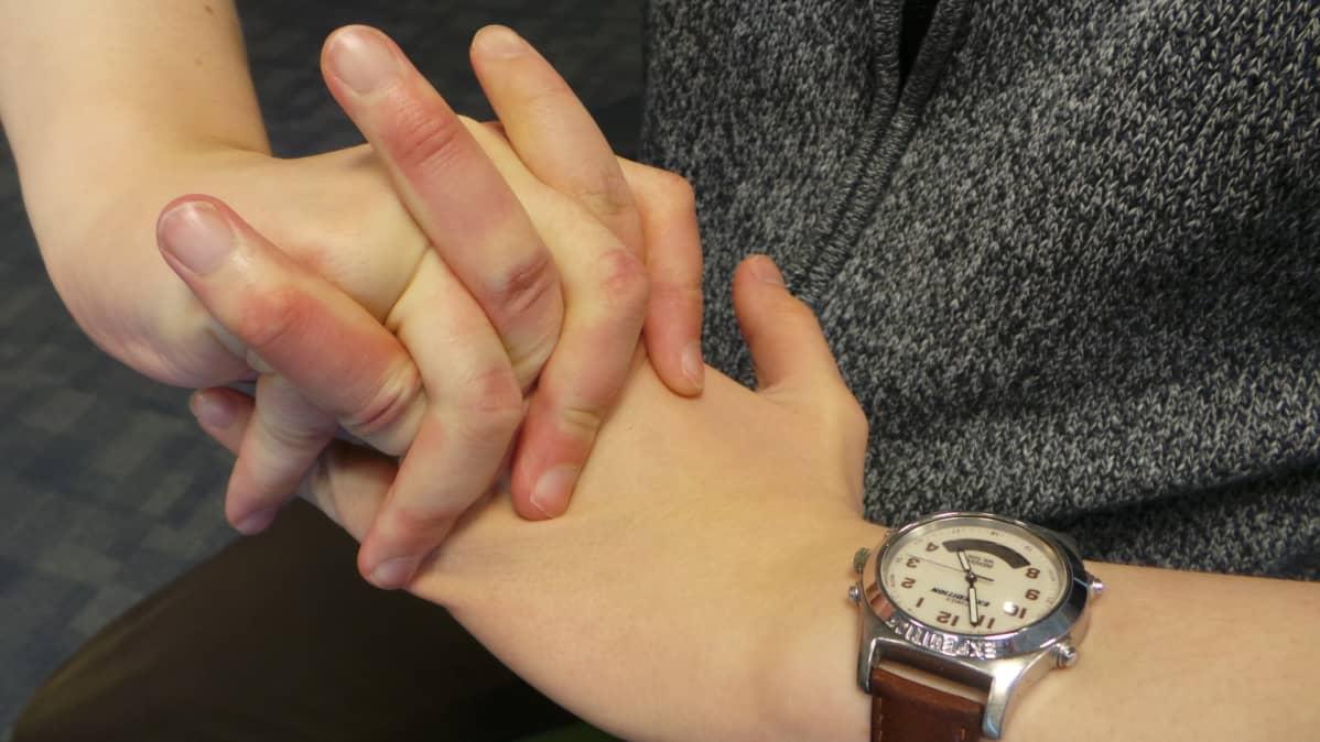 sormet taivutettuina