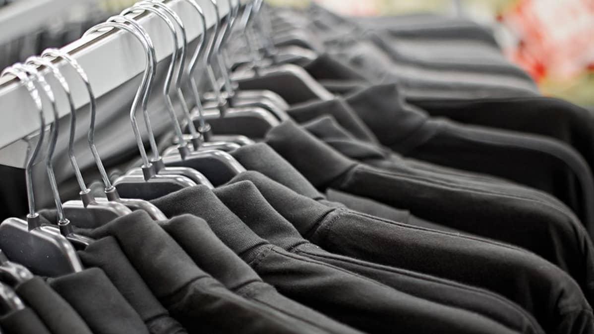 Vaatteita kaupassa.
