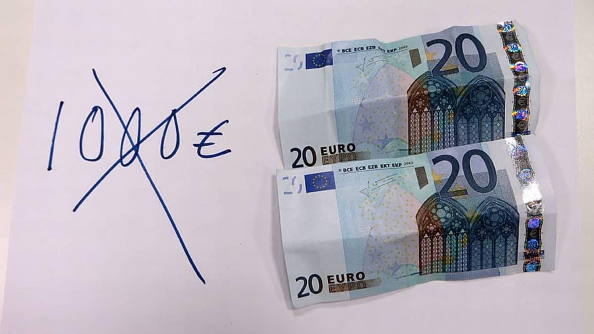 Kaksi 20 euron seteliä, joiden vieressä tussilla kirjoitettu 1000 euroa ruksattu yli.