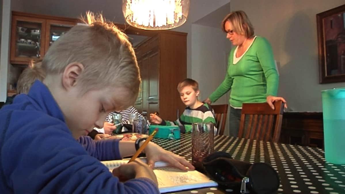 Hämeenlinnan Nummen koulun oppilaita kotiopetuksessa