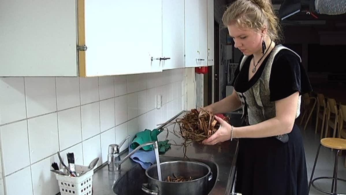 Saija Lehtonen keittää parkitsemislientä pajunkuorista.
