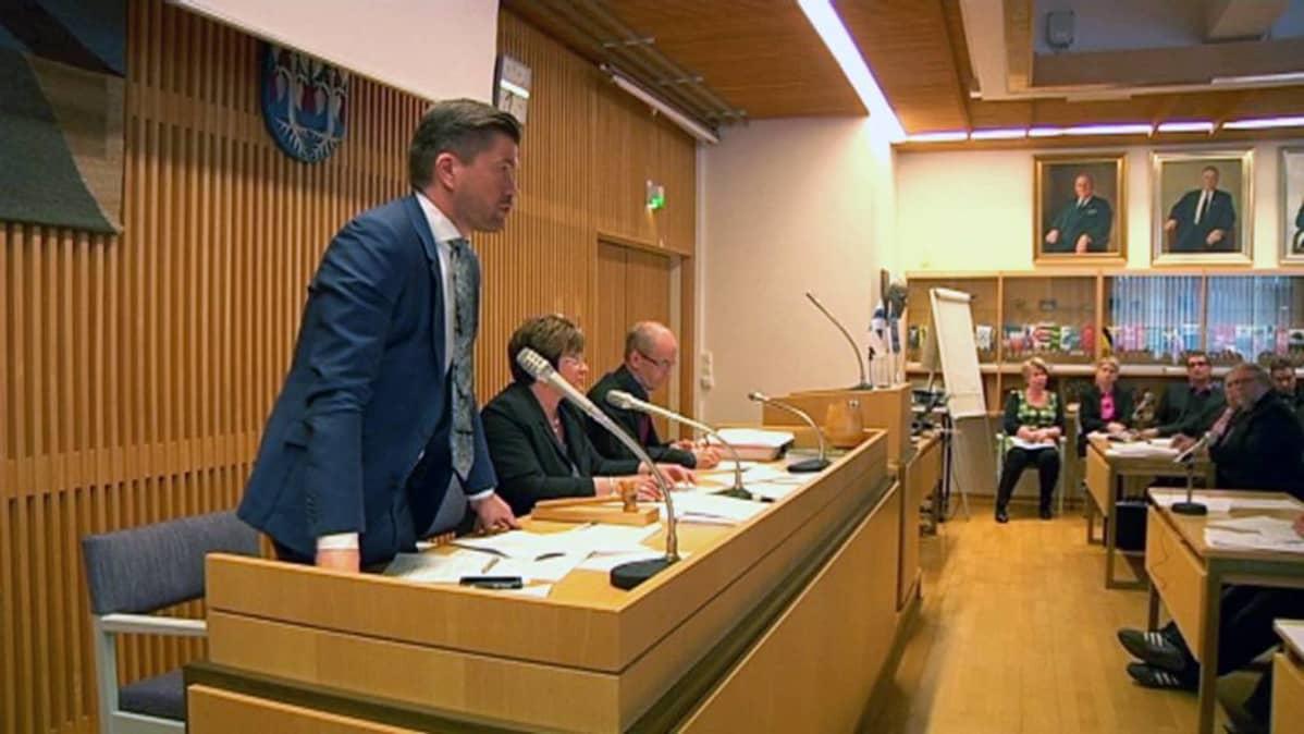 Jalasjärven kunnanjohtaja Juha Luukko puhuu valtuuston kokouksessa 29.4.2014.