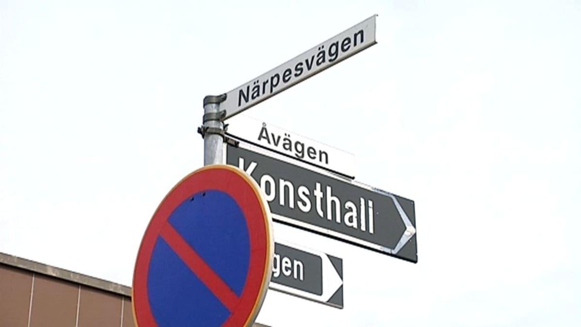 Tienviitat ovat Närpiössä vielä pelkästään ruotsin kielellä.