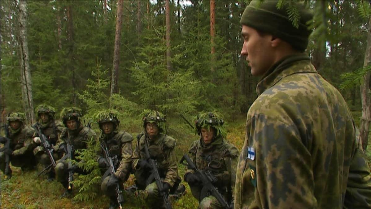Jos unionin jäsenmaat hoitaisivat oman puolustuksena kuten me, niin täällä olisi helpompi elää, sanoo Gustav Hägglund. Kuva karjalan prikaatin taisteluharjoituksista marraskuulta 2013.