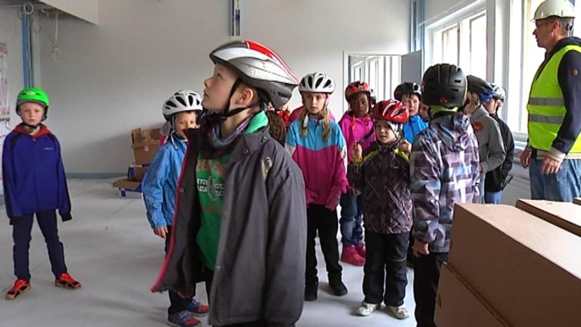 Koululaiset tutustuvat uuteen kouluun Asikkalan Vääksyssä.