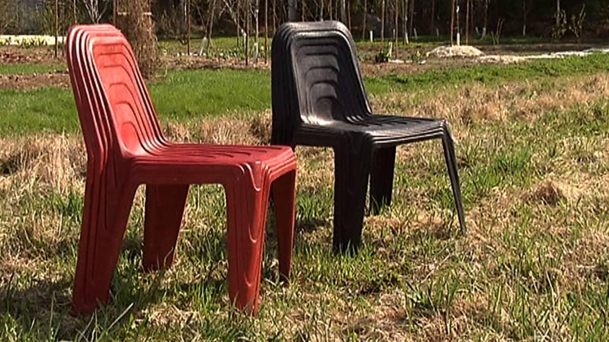 Hampusta tehtyjä tuoleja.