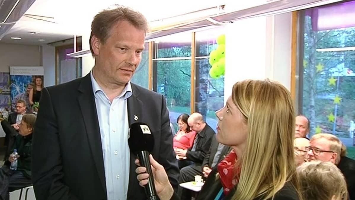 Hannu Takkula Ylen haastateltavana vaalivalvojaisissaan.