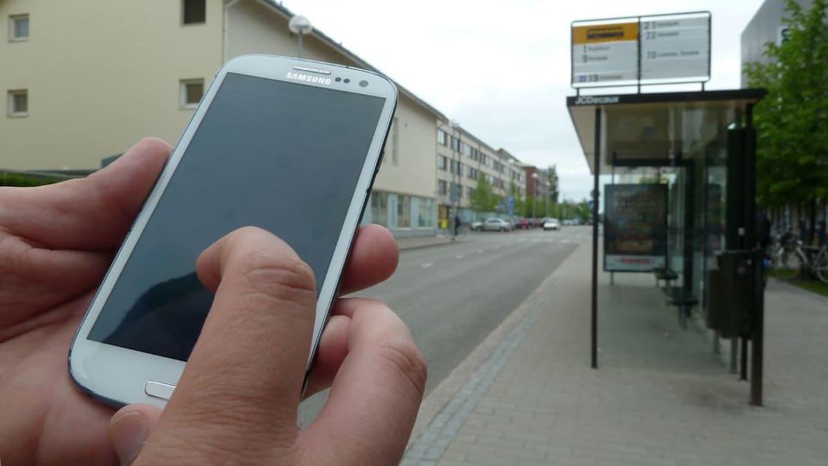 Oulunliikenne.fi -palvelua voi selata esimerkiksi älypuhelimella.