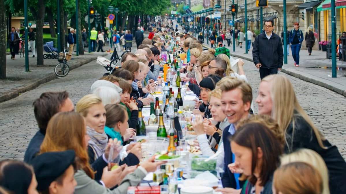 Kuva Illallinen Helsingin Taivaan Alla -tapahtumasta vuodelta 2013.