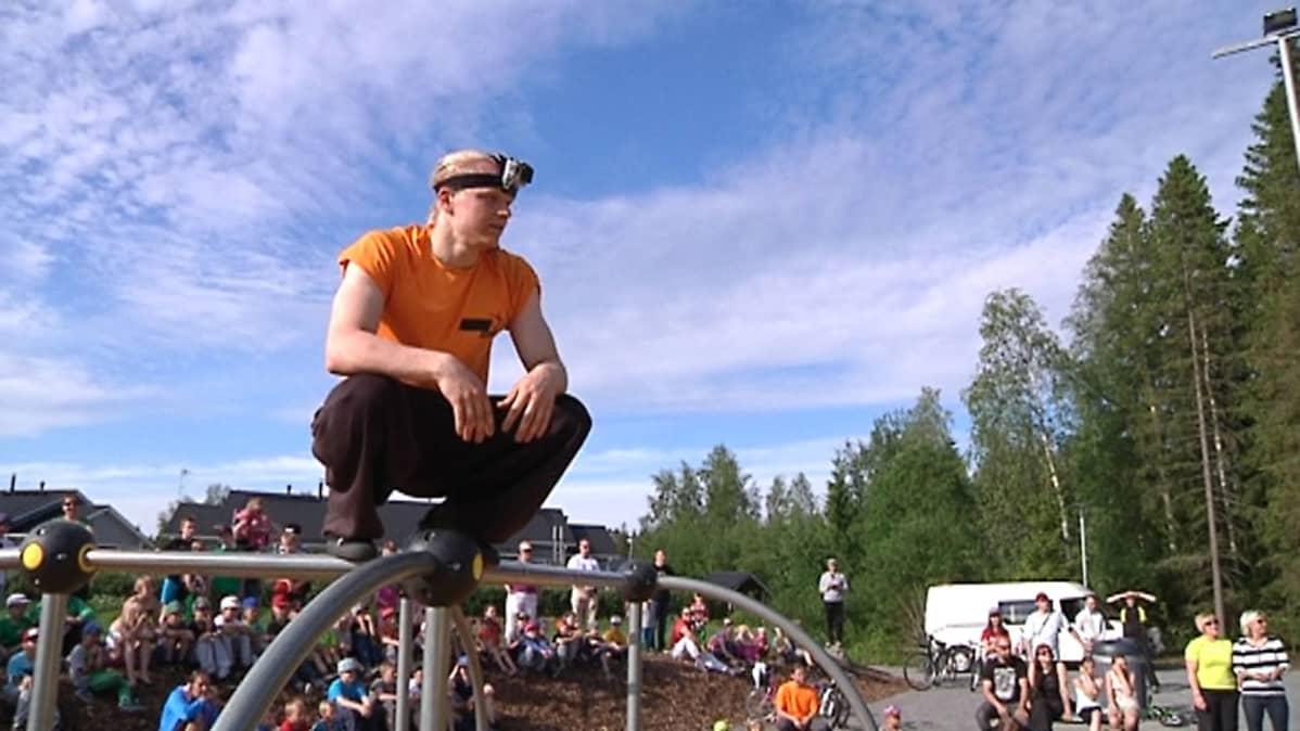 Kuvassa Henri Hänninen valmistautuu hyppyyn