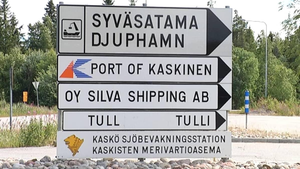 Opastekyltti Kaskisten satamaan.