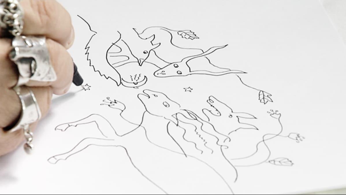 Aulikki Oksanen piirtää lähikuvassa.