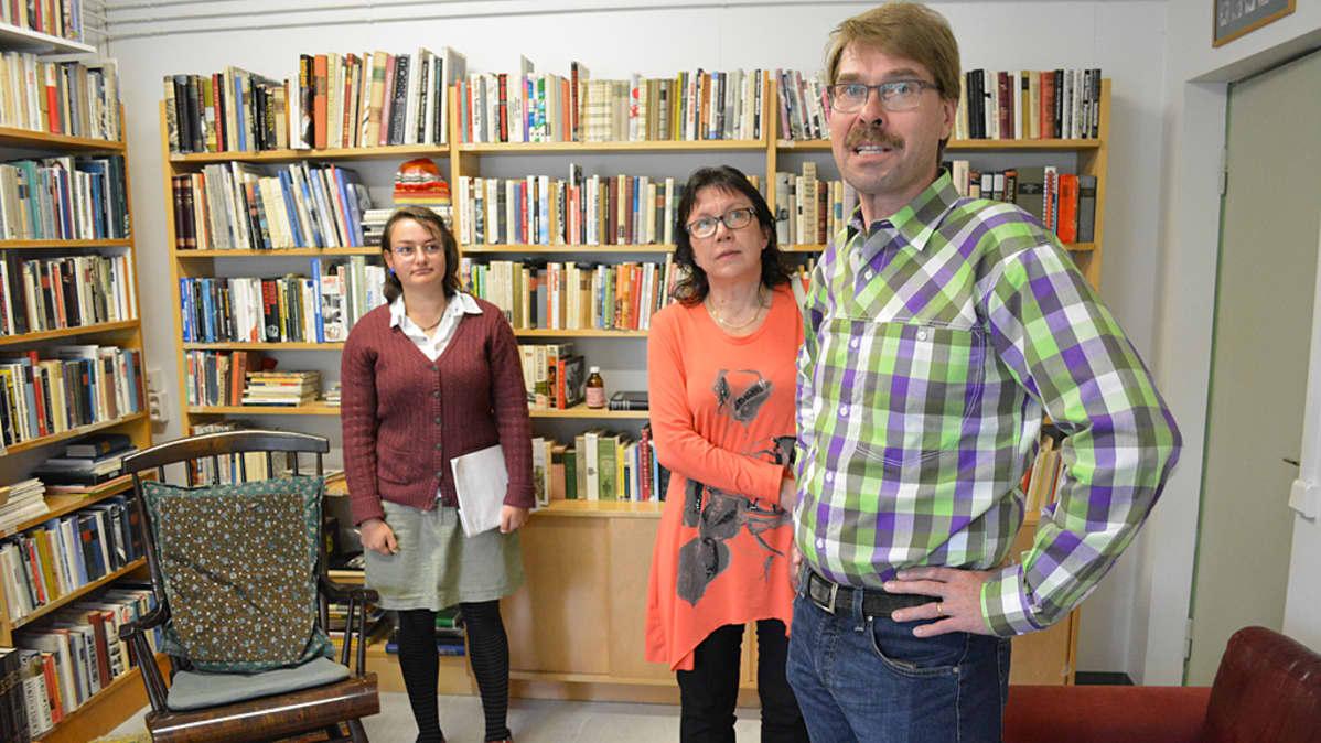Opas Kristiina Korhonen, Veikko Huovisen poika esko Huovinen ja puolisonsa Anna Kähkönen Veikko Huovisen työhuoneella.