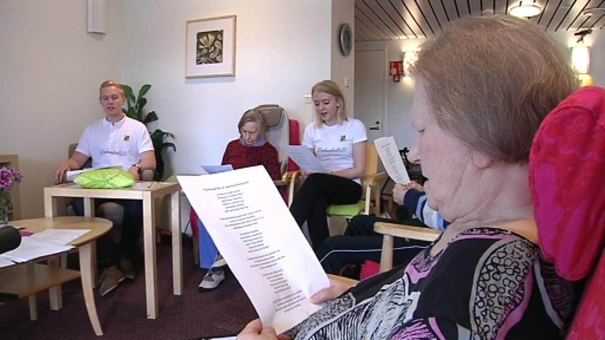 Vanhuuden Ilo Oy laulattaa vanhuksia Jänismäessä, Espoossa.