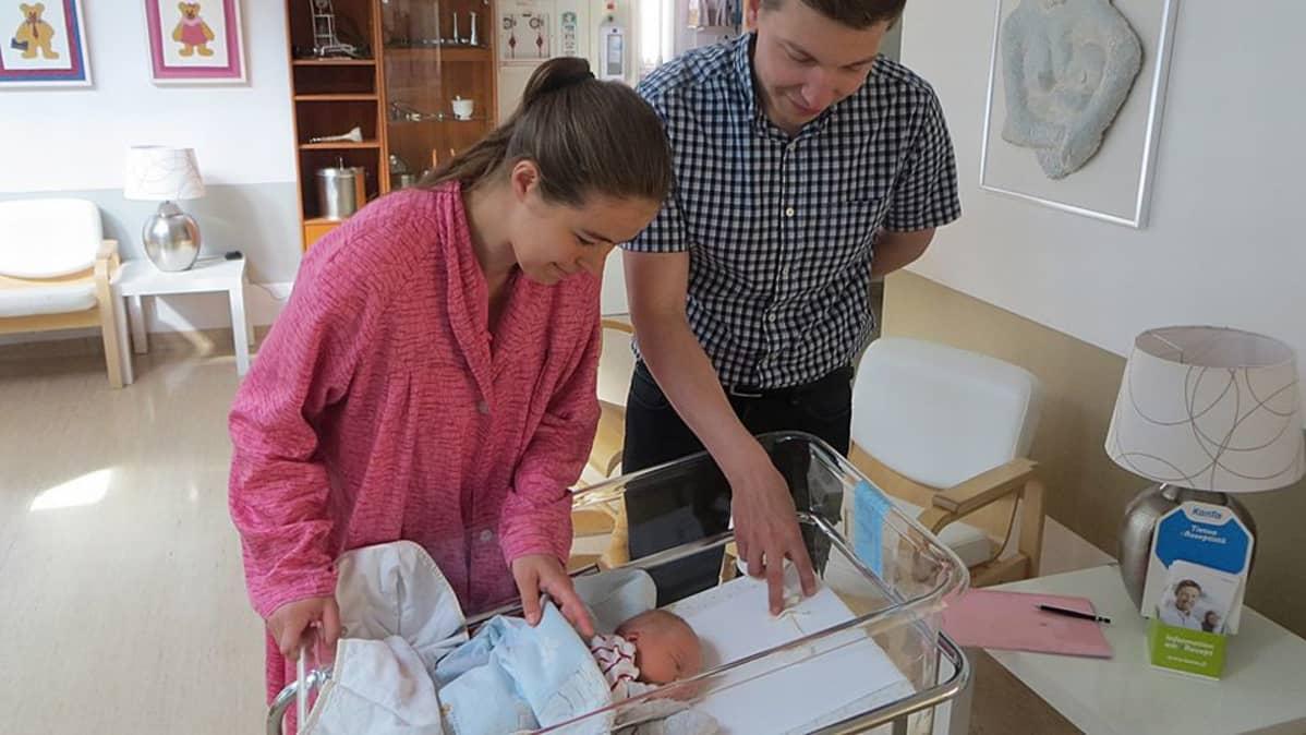 Sanna Määttä, Riku Hast ja vastasyntynyt poikavauva Länsi-Pohjan keskussairaalassa Kemissä.