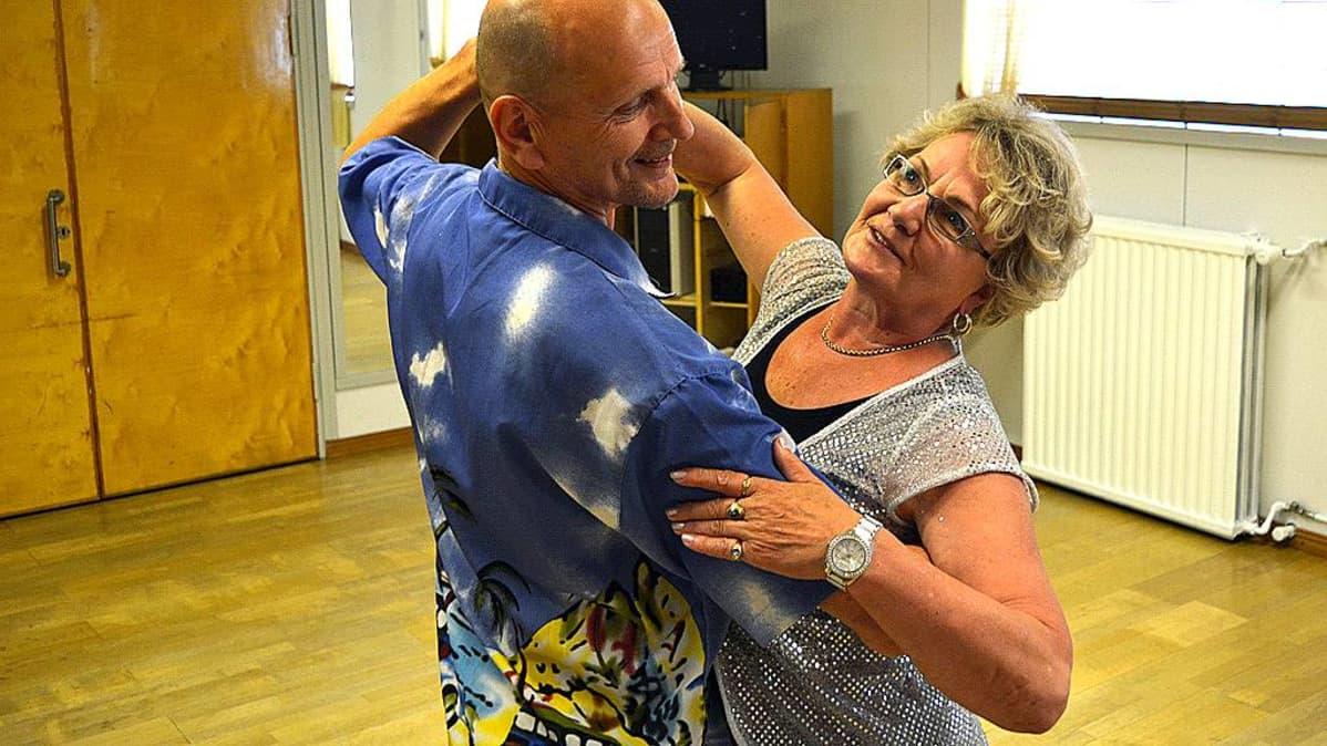 Martti Komulainen ja Marjatta Immonen harjoittelevat Tanssi tavisten kanssa -kilpailuun.