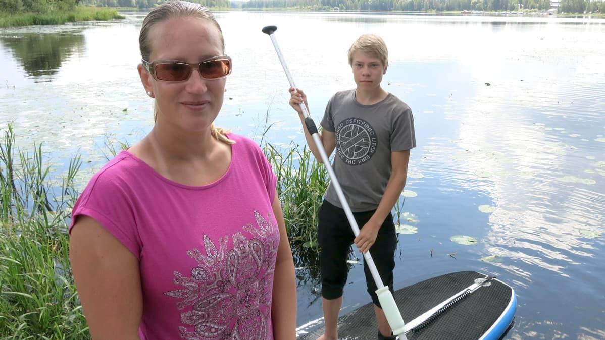 Nainen ja poika järvellä.