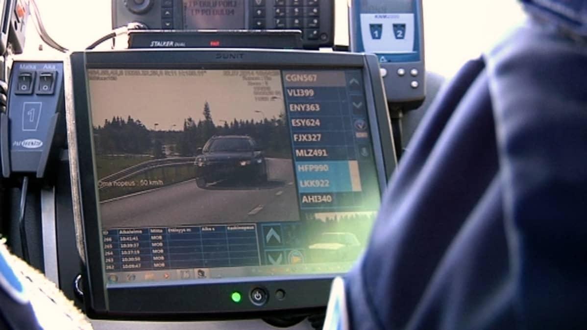 Poliisin automaattisen rekisterikilven lukulaitteen näyttö.