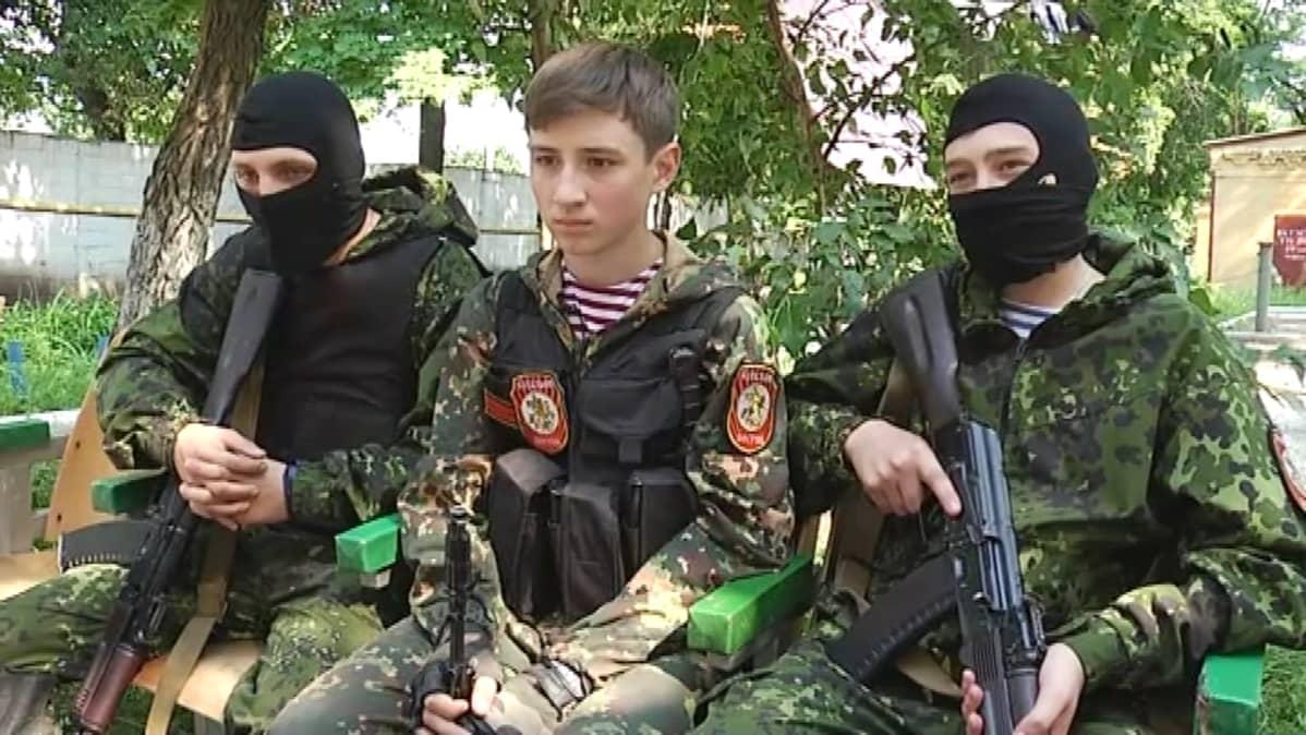 Andrei (kesk) ja pari vuotta vanhemmat Roman ja Igor kuuluvat separatistien Vostok-prikaatiin.