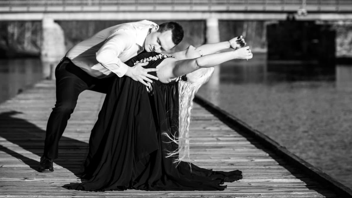 Tanssipari laiturilla.