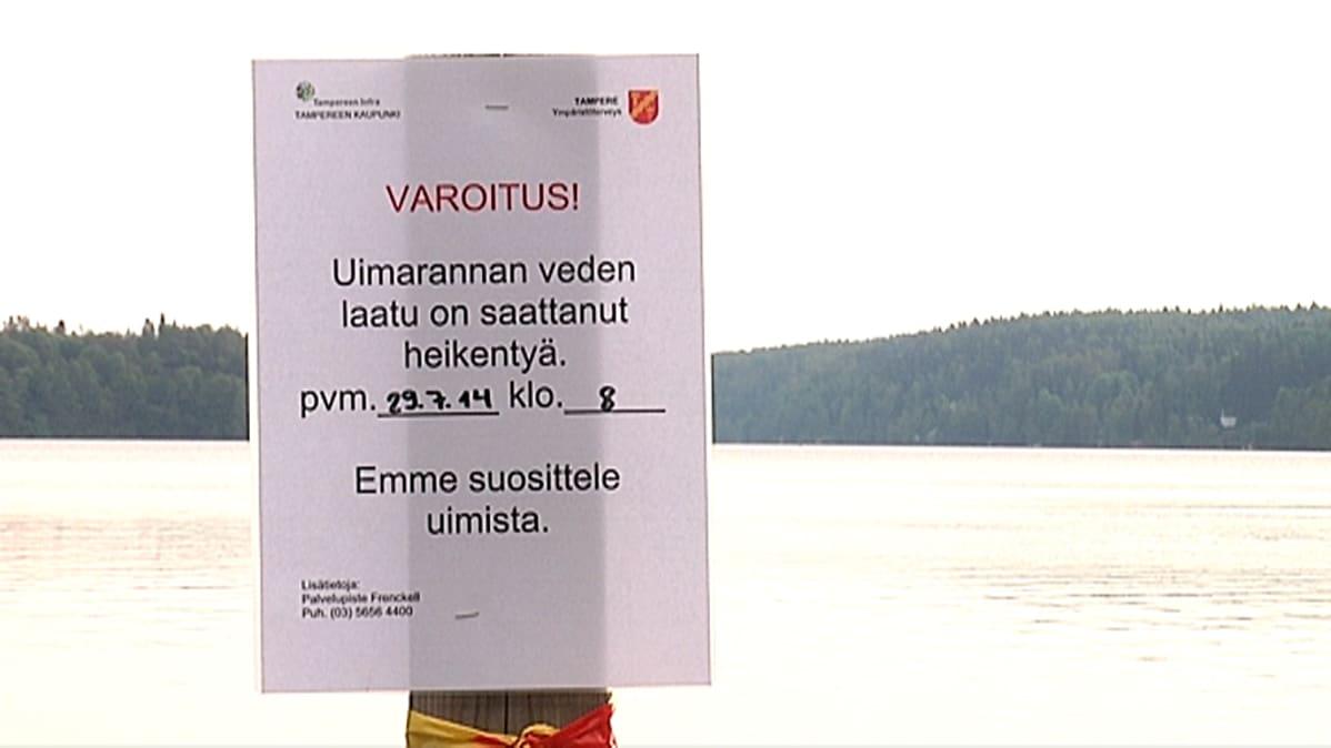 Veden laadusta varoitava kyltti Tampereen Kaukajärvellä