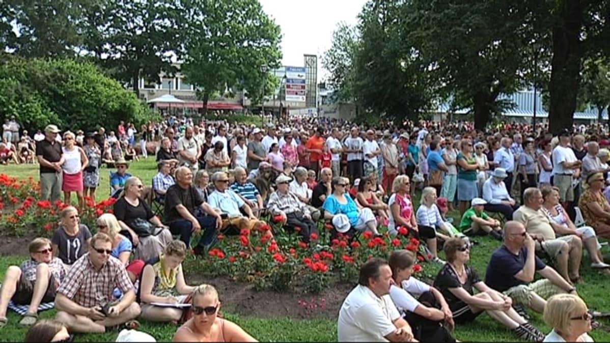 Yleisö kuunteli Tattoon avauspäivän konserttia keskittyneesti.