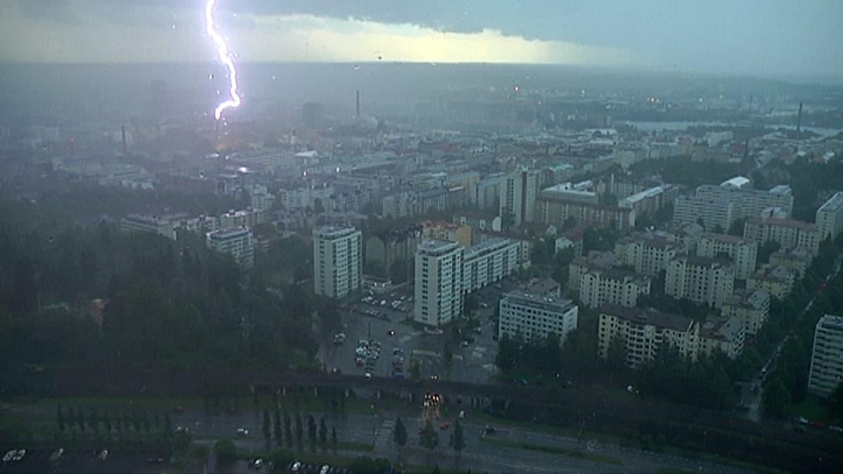 Salama näyttää osuvan savupiippuun Tampereen kaupungin yllä