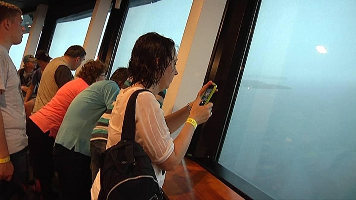 Ihmiset katselevat Näsinneulasta ukkosmyrskyä.