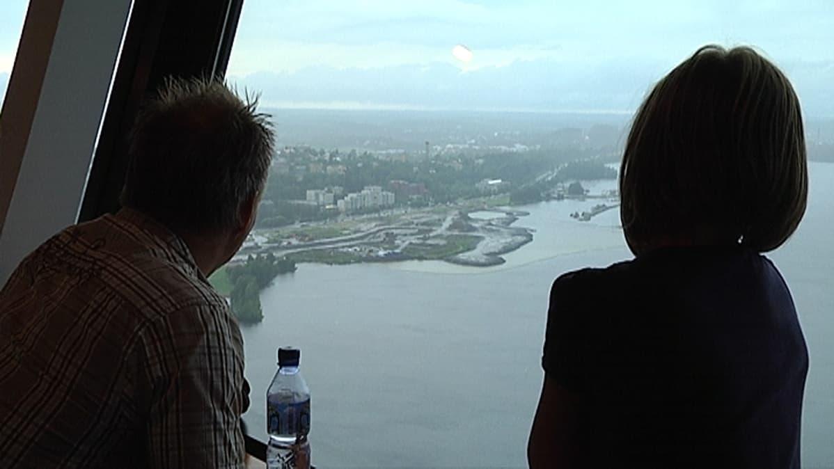 Mies ja tyttö katselevat Näsinneulasta myrskyä.