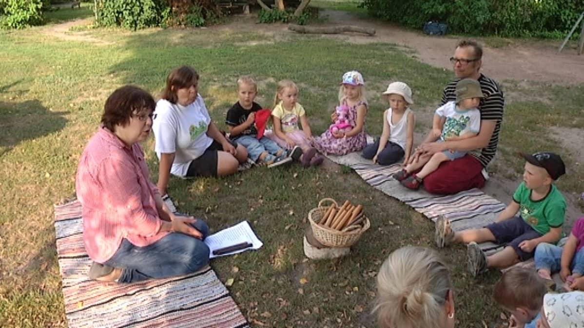 Lastentarhanopettaja Päivi Hellsten piti laulutuokion nurmella.
