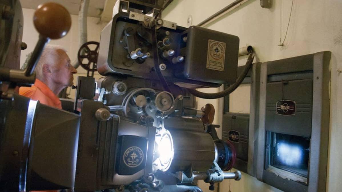 Reino Vahteri Kino Dominon filmihuoneessa.