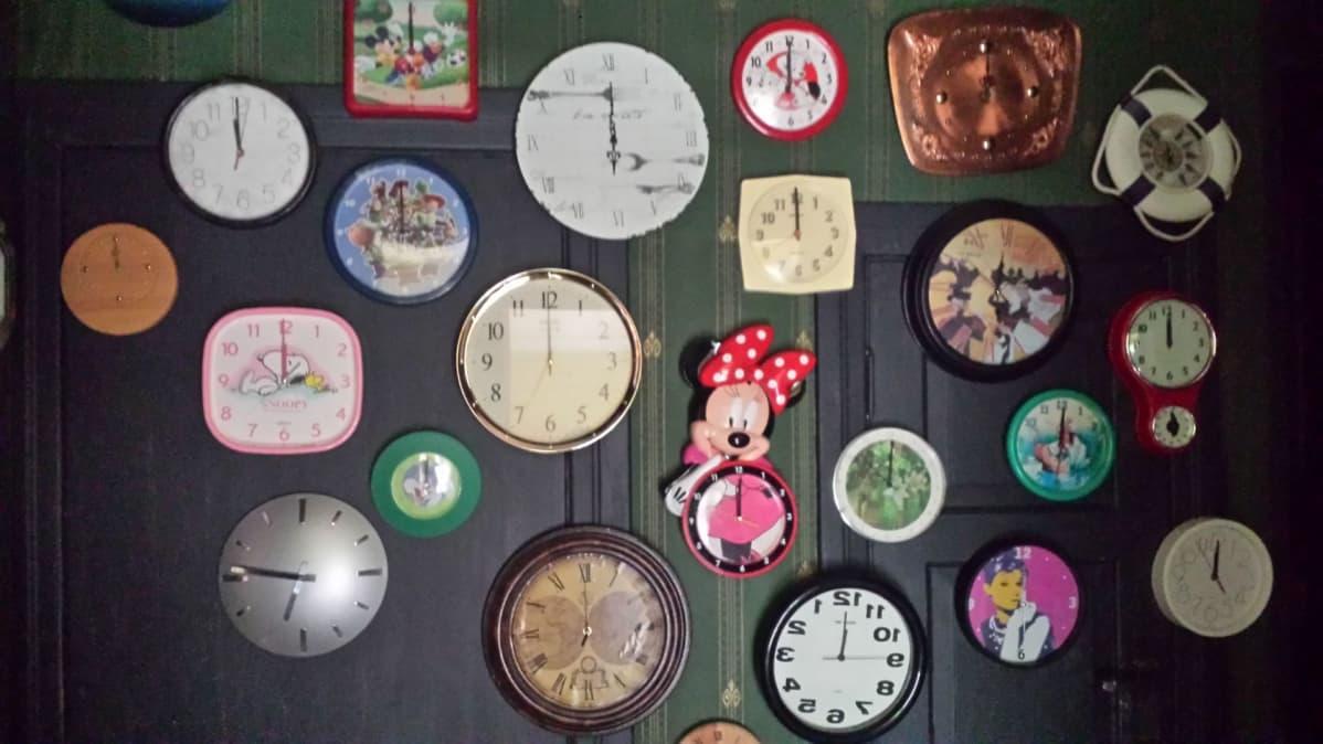 kelloja seinällä