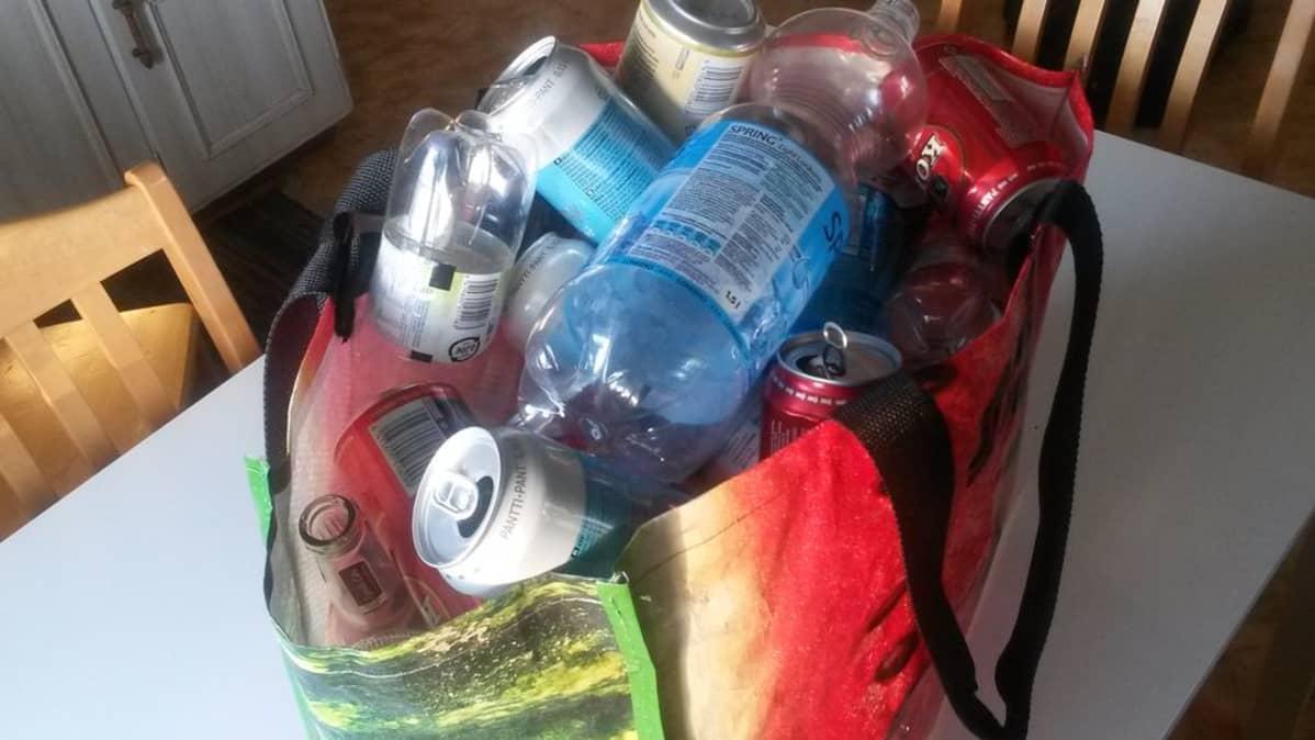 Kestokassissa tyhjiä pulloja