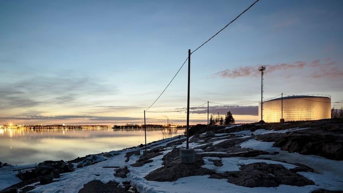 Säiliö 468 loistaa nyt liki 1.300 ledin valaisemana Helsingin Kauppatorin vastarannalla.