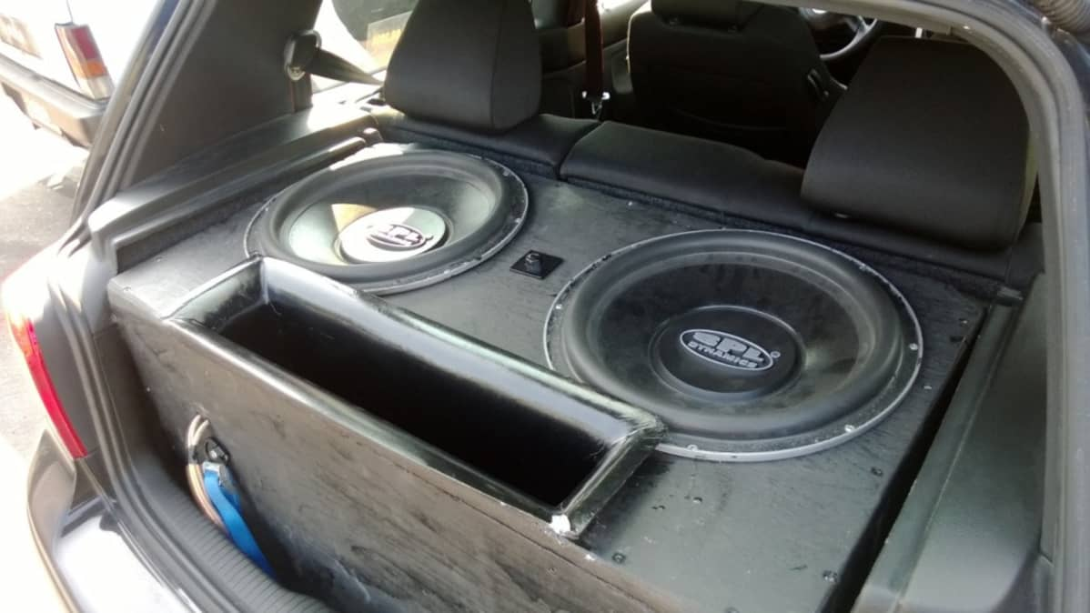 Kuvassa auton takaosassa olevat äänentoistolaitteet. Auto ei liity tapahtumaan.
