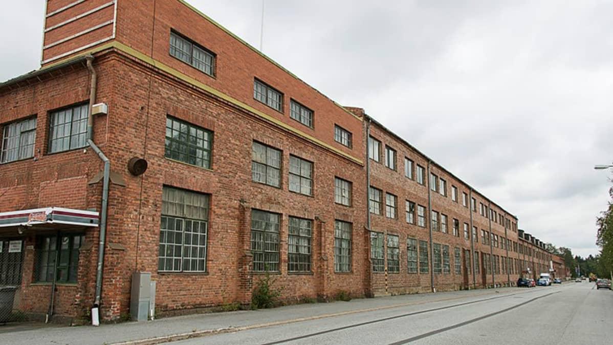 Componentan iso tiilinen tehdasrakennus.