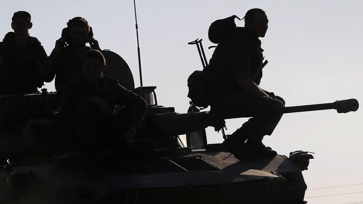 Venäläisillä aseilla varustettuja sotilaita Rostovissa.