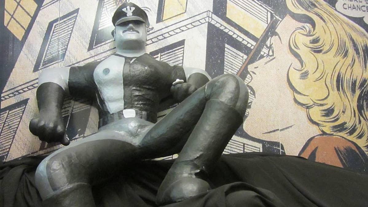 Kemin sarjakuvakeskuksen Tom of Finland -patsas.