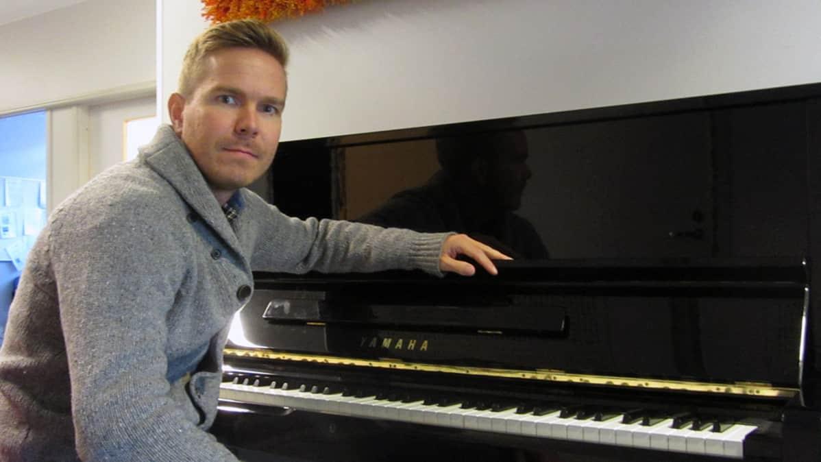Kuvassa Joonas Haavisto pianon äärellä