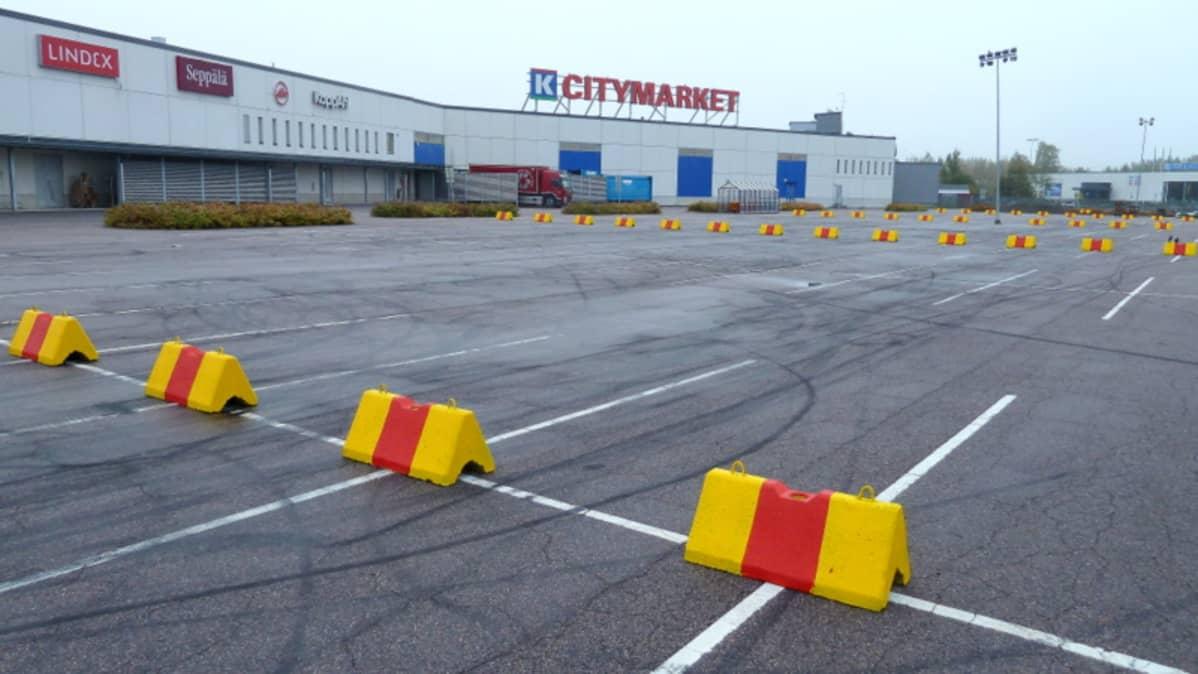 Betoniporsaita Citymarketin parkkipaikalla Riihimäellä